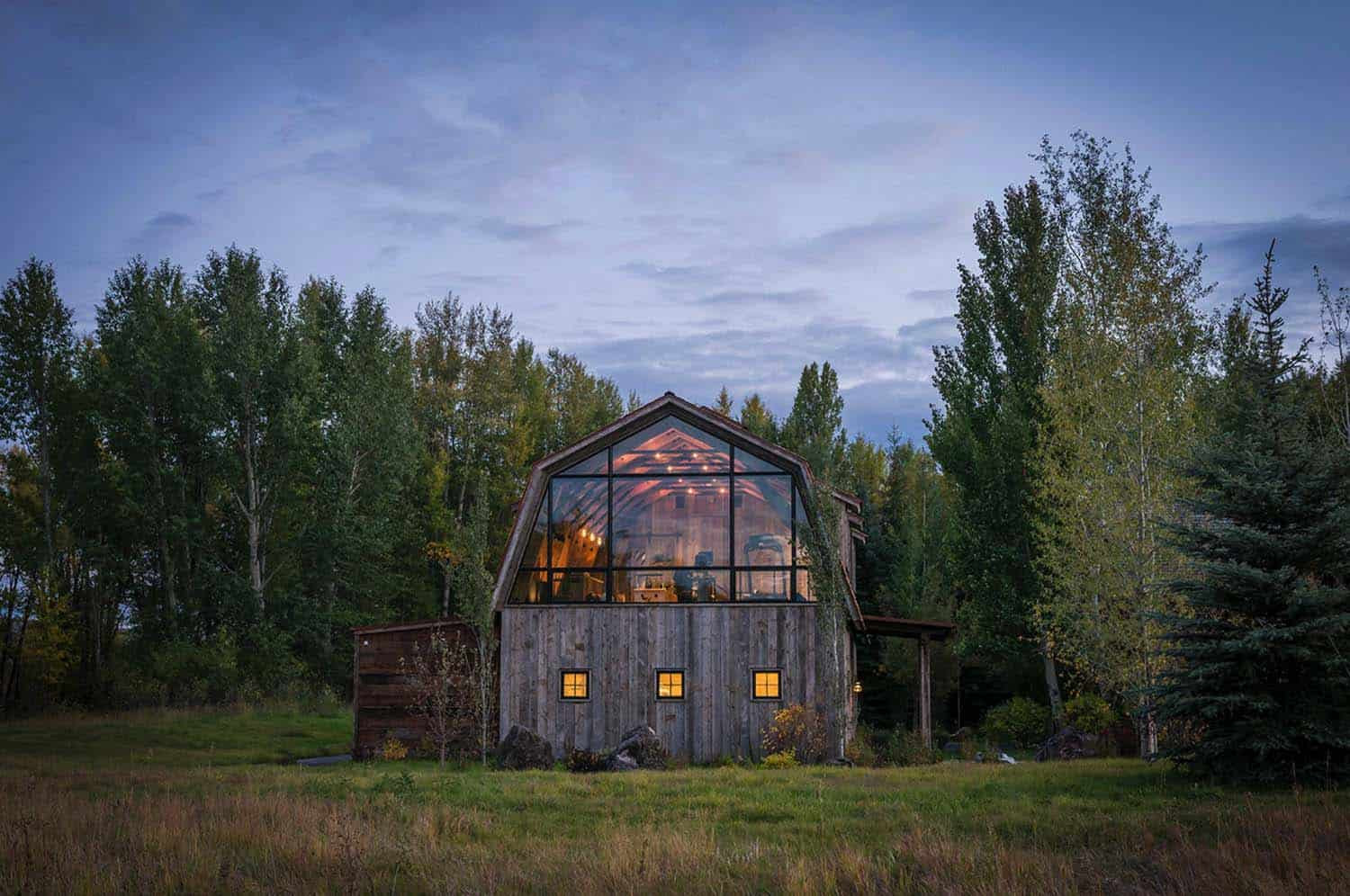 Rustic meets modern in stunning barn guest house in wyoming for Barnhouse builders