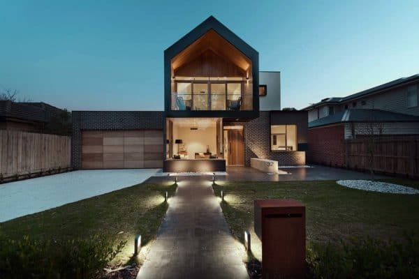 featured posts image for Striking modern home in Australia wraps around a central courtyard
