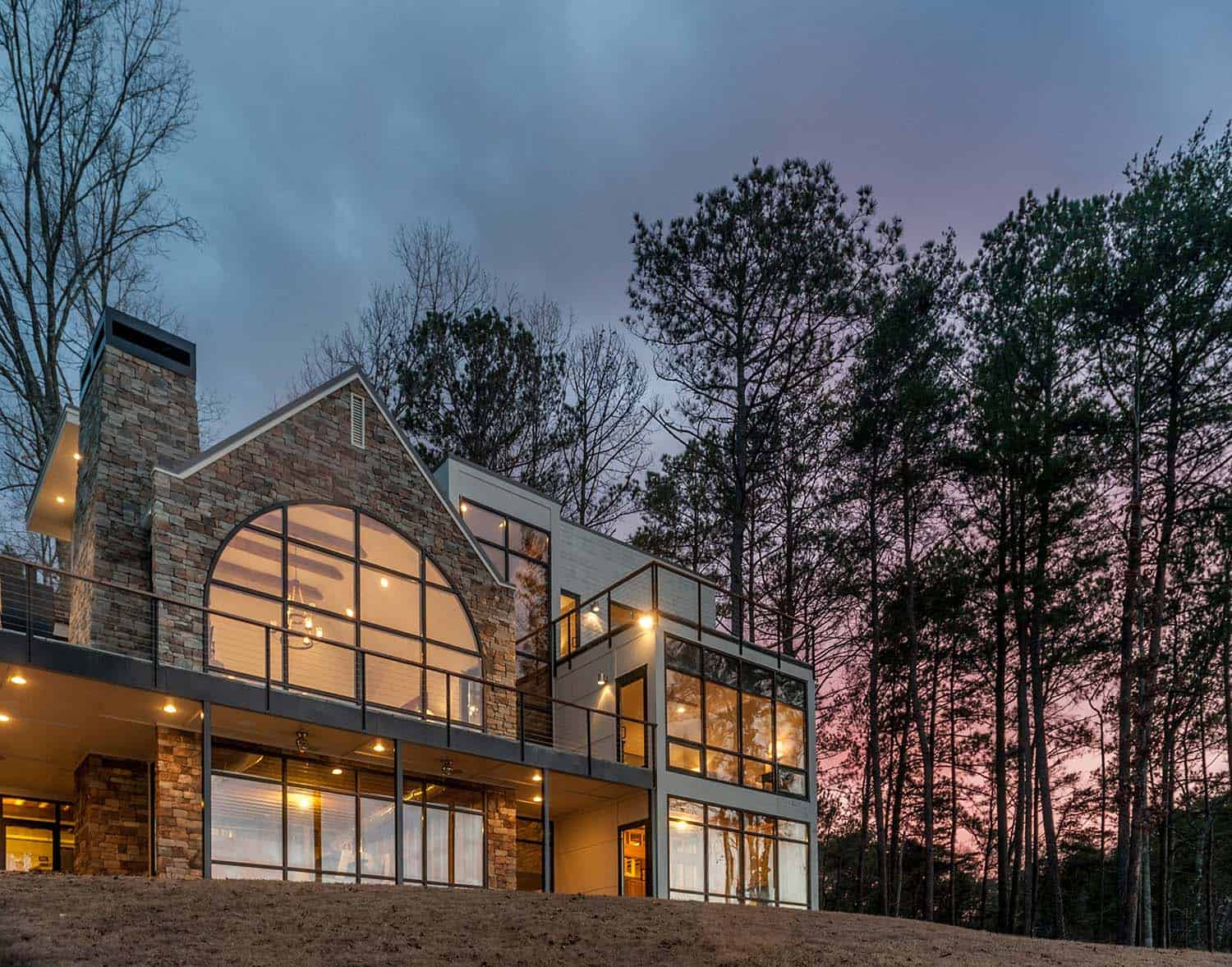 Modern Lake House In Alabama Blends Well Into Its Surroundings