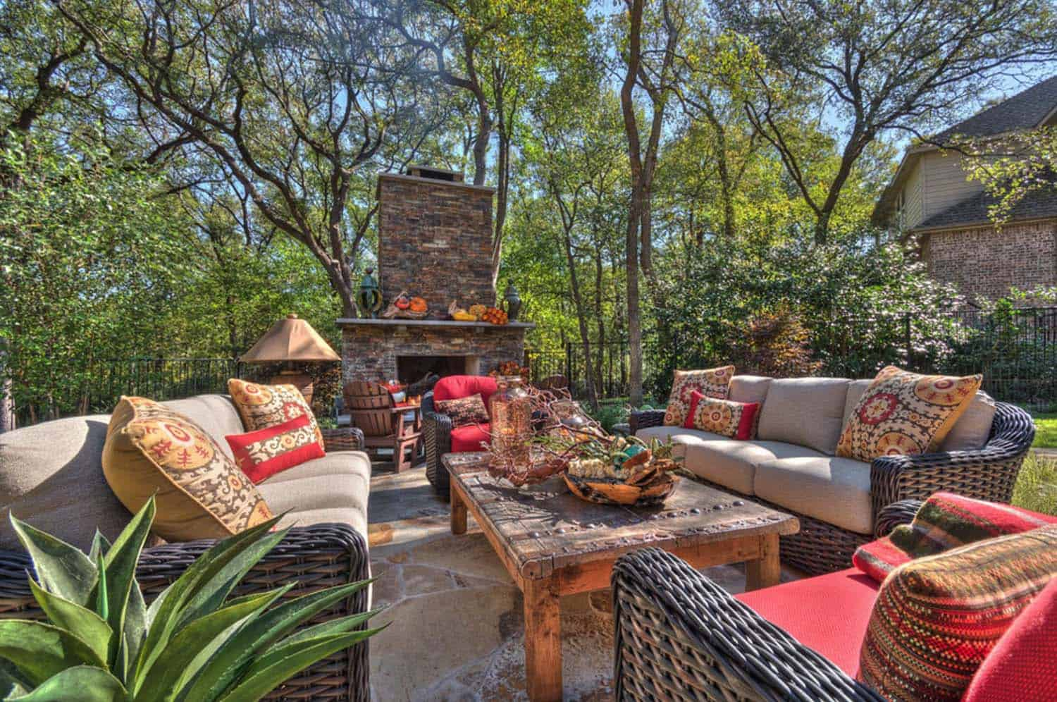 25 fall inspired outdoor living spaces that are ultra cozy for Decorating outdoor spaces
