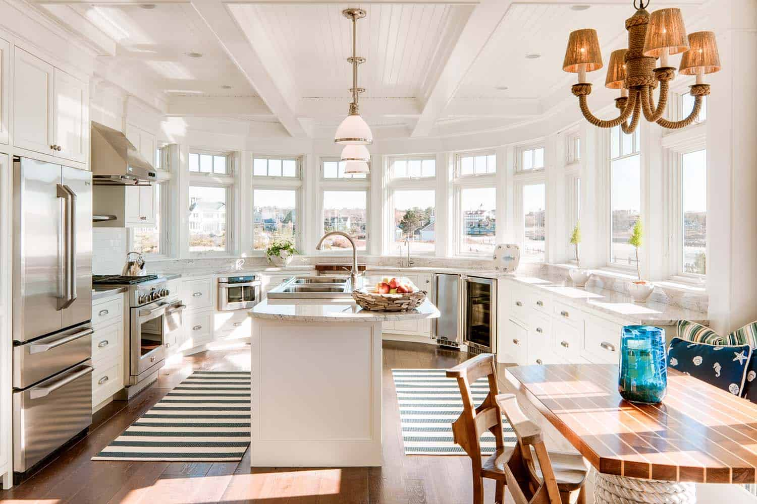 Dreamy seaside home in maine with new england style for Beach cottage interior designs