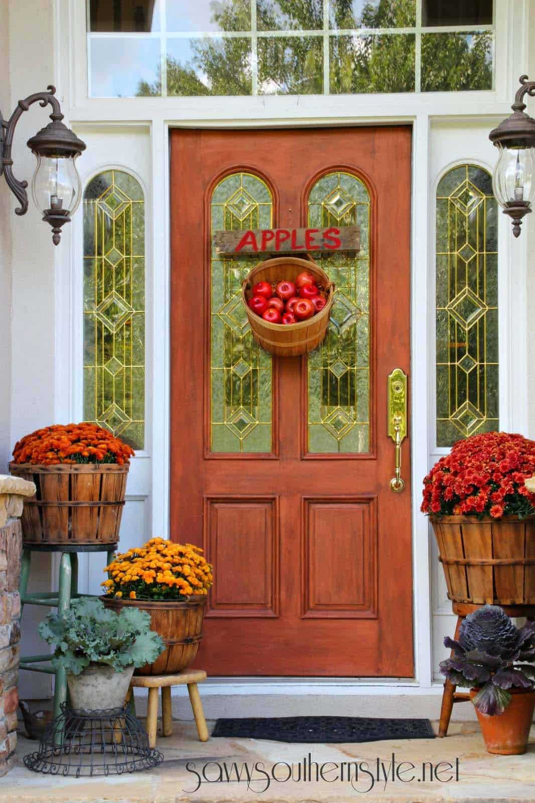 40 amazing ways to decorate your front door with fall style Small front porch decorating ideas for fall