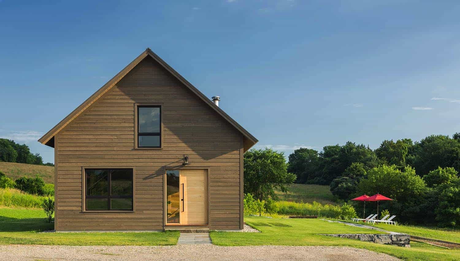 Small and cozy modern barn house getaway in vermont for Barn style house designs