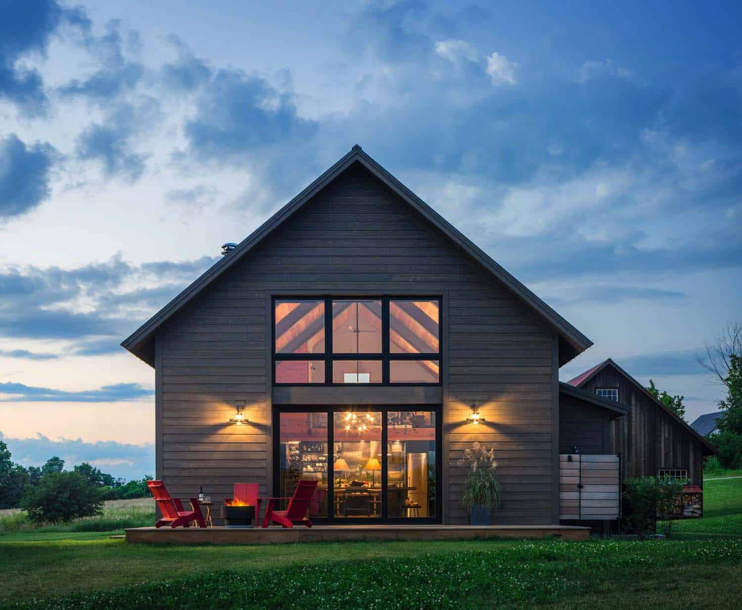 Small and cozy modern barn house getaway in vermont for Metal barn designs