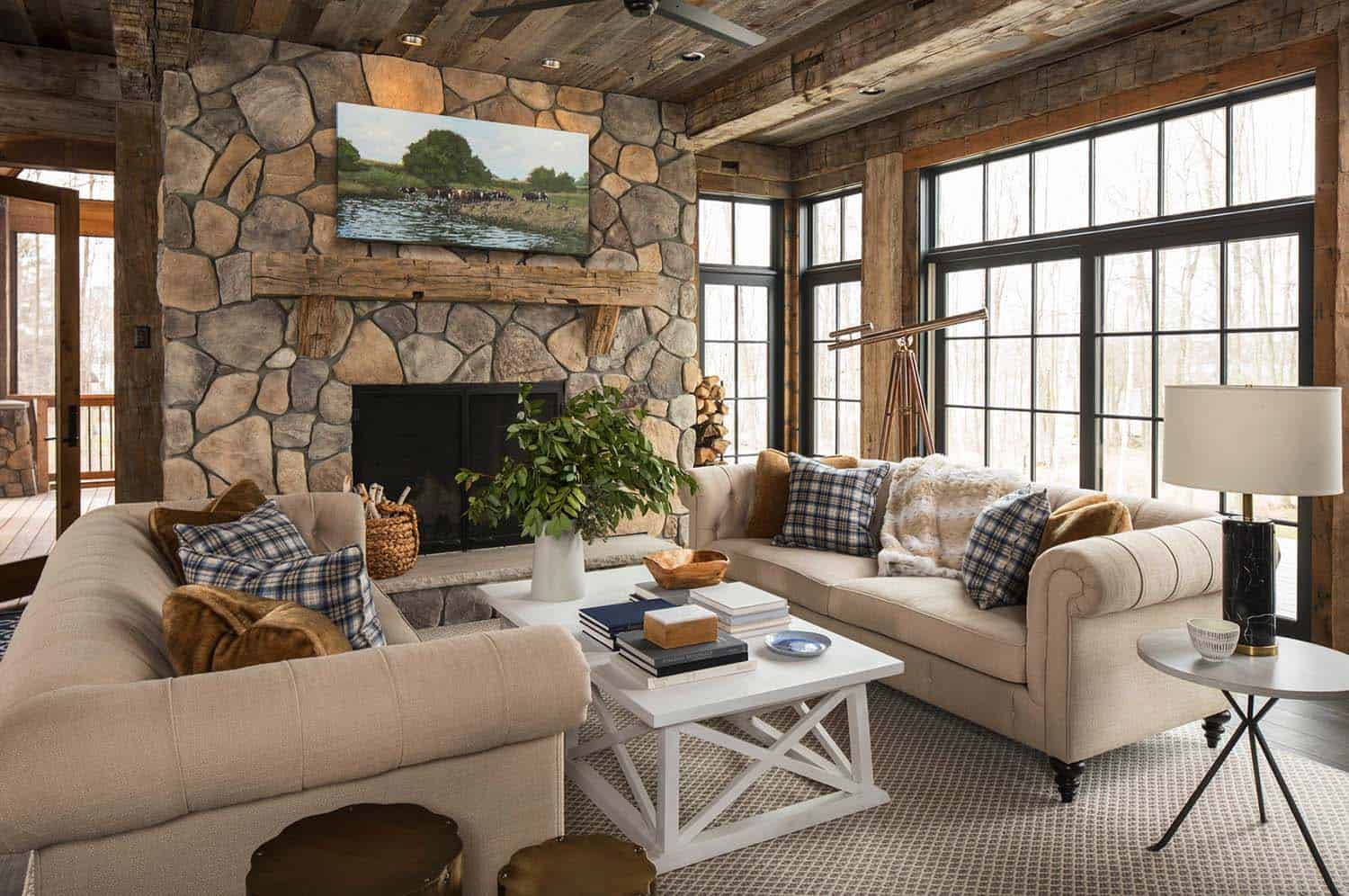 Rustic lakeside retreat in wisconsin features inviting for Decoration interieur maison de campagne