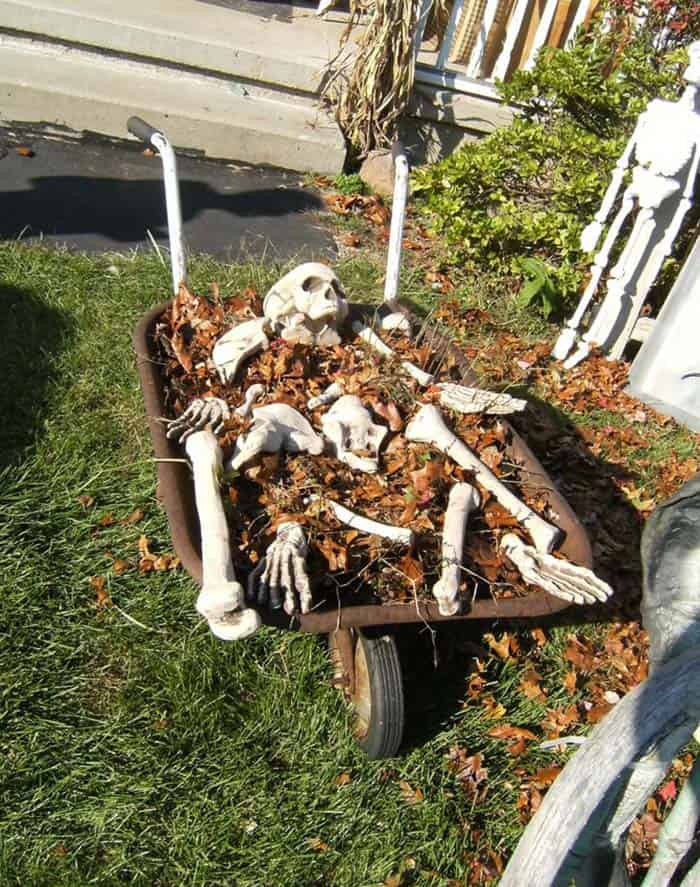 Creepy Outdoor Halloween Decorating Ideas-02-1 Kindesign