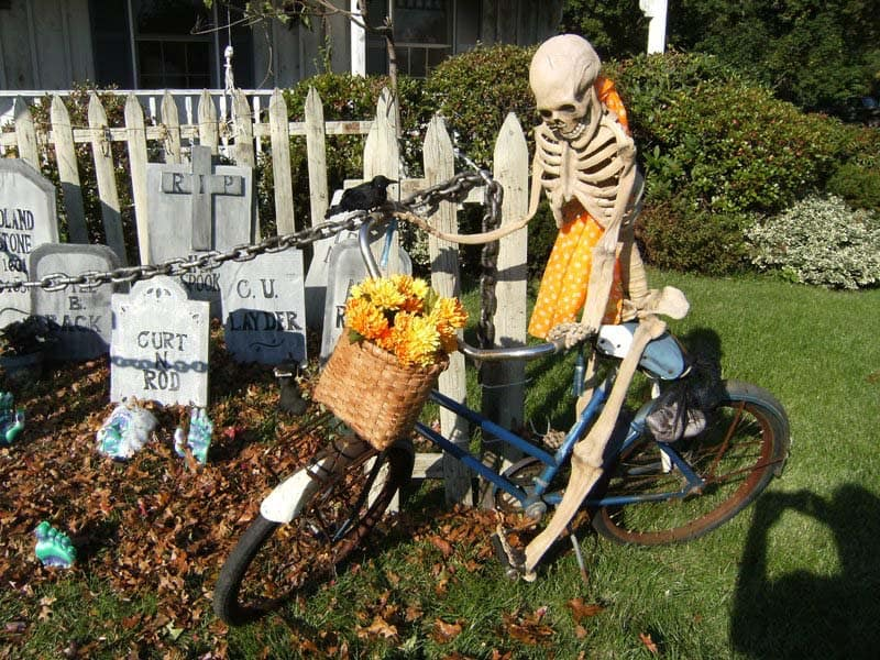 Creepy Outdoor Halloween Decorating Ideas-03-1 Kindesign