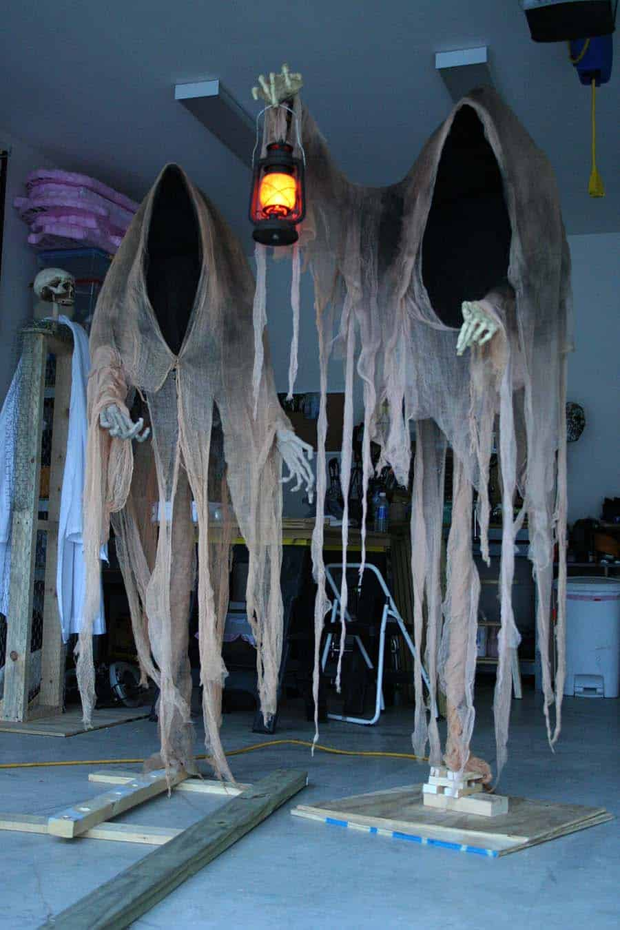 Creepy Outdoor Halloween Decorating Ideas-06-1 Kindesign
