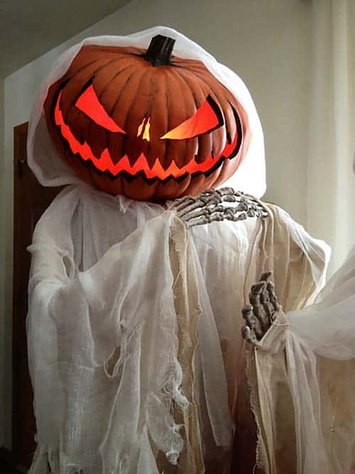 Creepy Outdoor Halloween Decorating Ideas-11-1 Kindesign