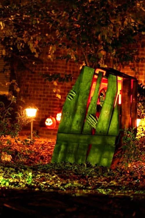 Creepy Outdoor Halloween Decorating Ideas-18-1 Kindesign