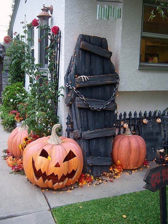 Creepy Outdoor Halloween Decorating Ideas-20-1 Kindesign
