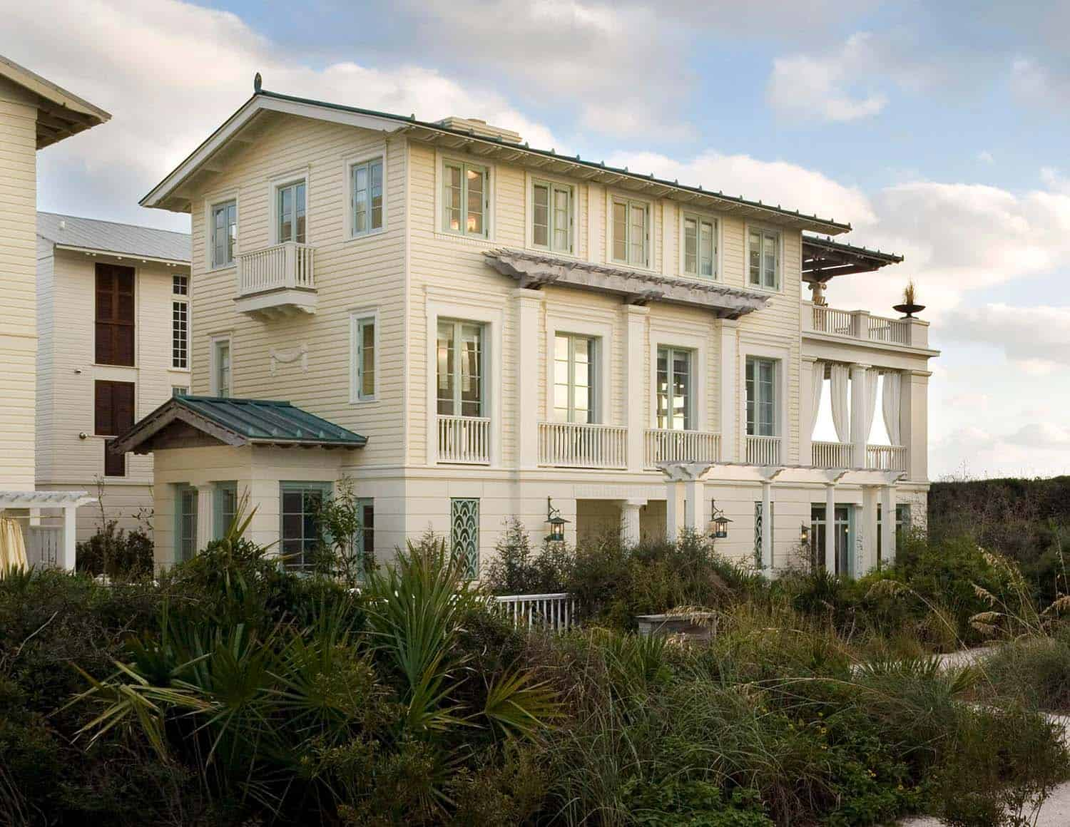 Charming Seaside House-Robert AM Stern Architects-01-1 Kindesign