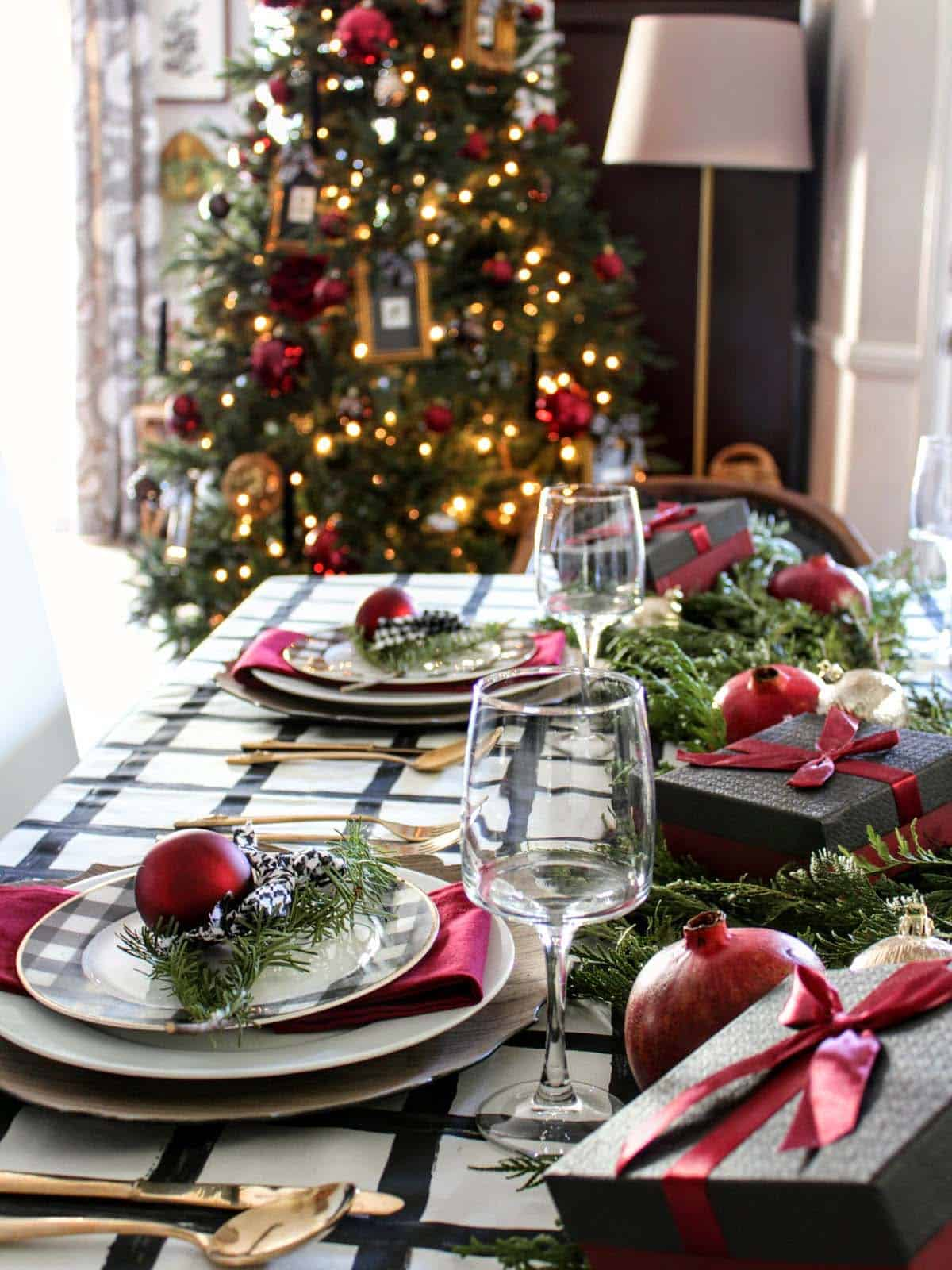 33 inspiring christmas decor ideas to elevate your dining - Christmas table setting ideas ...