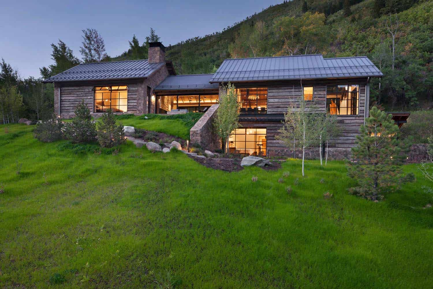 Modern mountain home designed for an artist in the slopes for Www homee