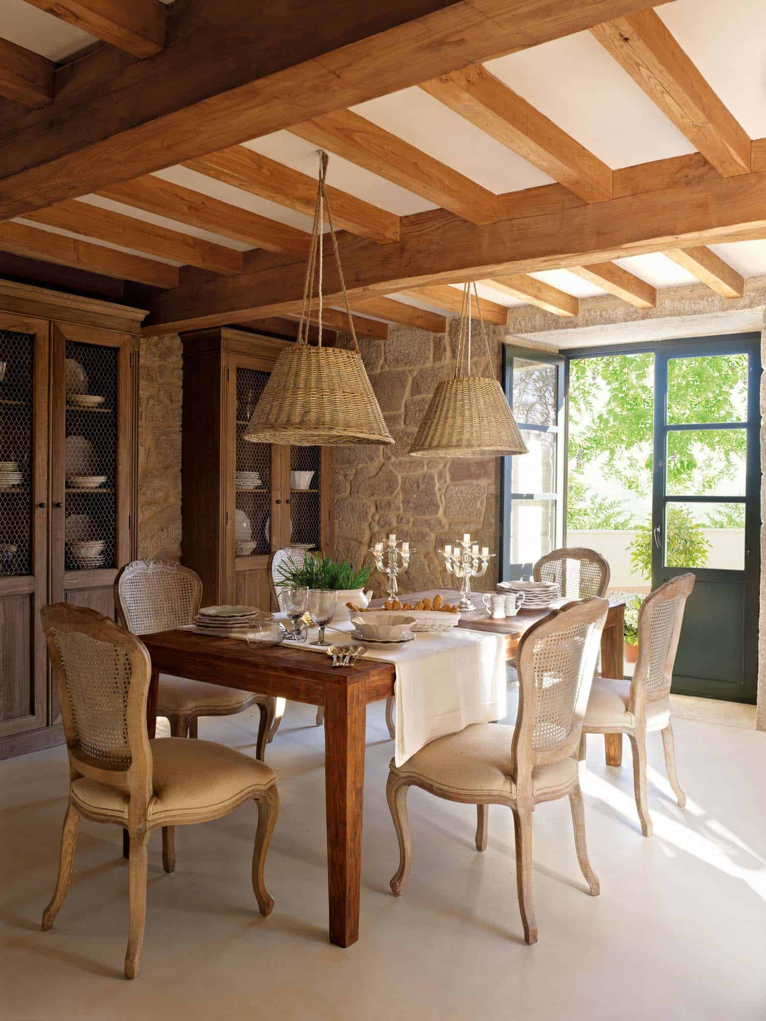 Captivating rustic home in the spanish countryside with for Decoracion de techos interiores
