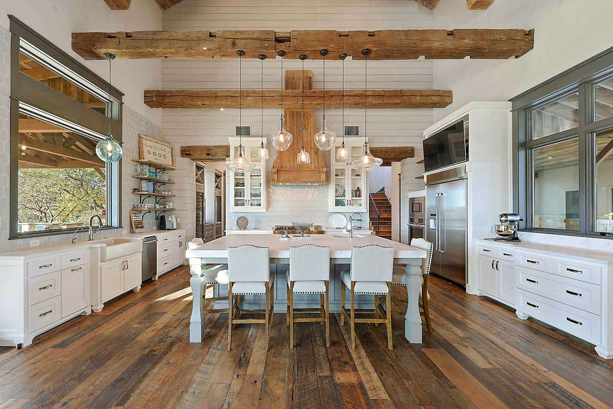 A fresh farmhouse designed with reclaimed timbers in Texas ...
