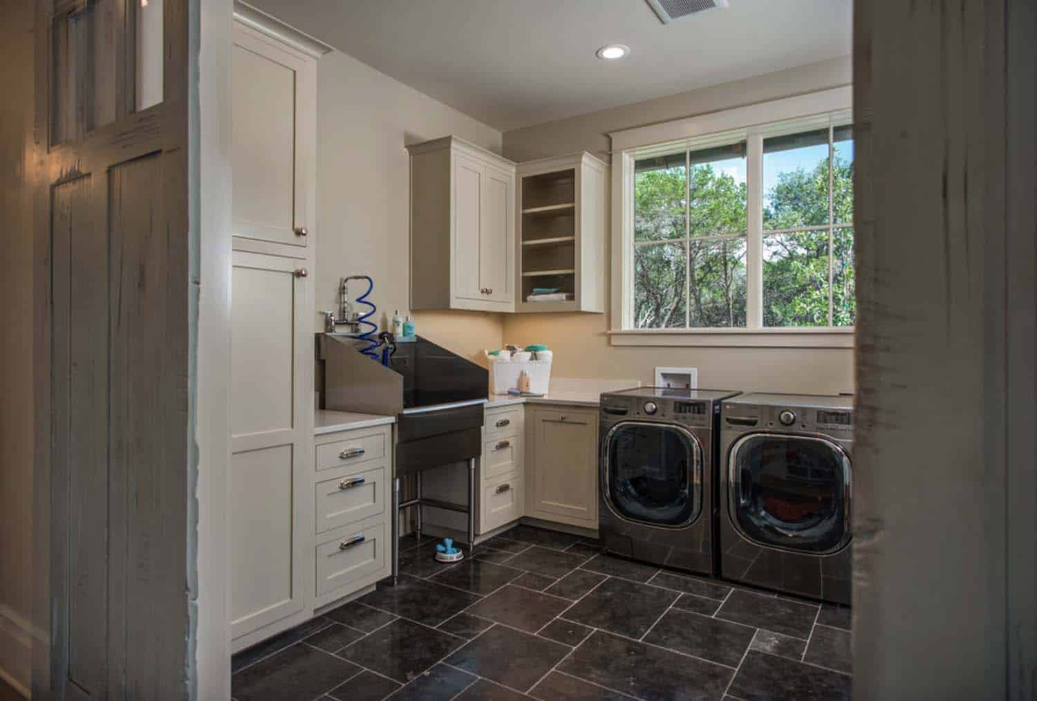 farmhouse-transitional-laundry-room