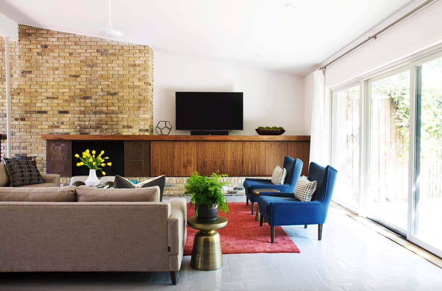 Mid century modern living room ideas Attractive This Midcentury Living Room In Texas Features Stylish Furnishings Set Around An Exposed Brick Fireplace The Fireplace Mantle Extends To Become Cabinet One Kindesign 38 Absolutely Gorgeous Midcentury Modern Living Room Ideas
