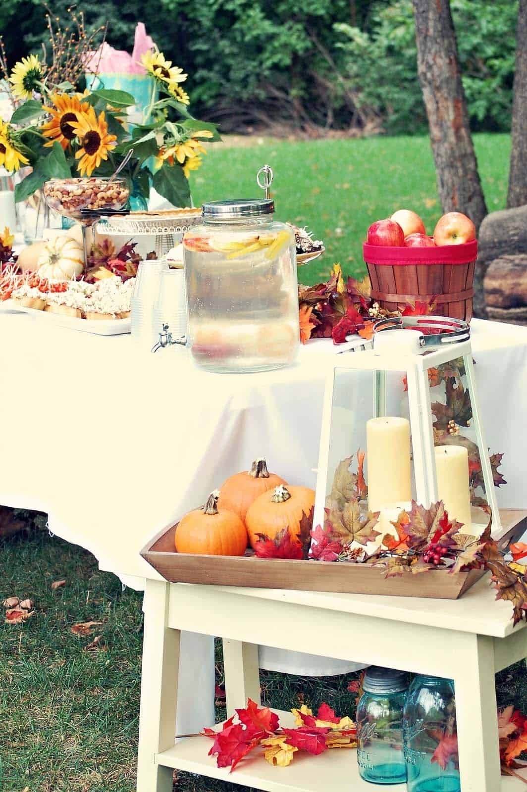 outdoor-fall-decorated-table