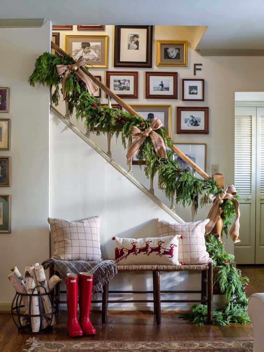 christmas-decorated-entryway-staircase-bench