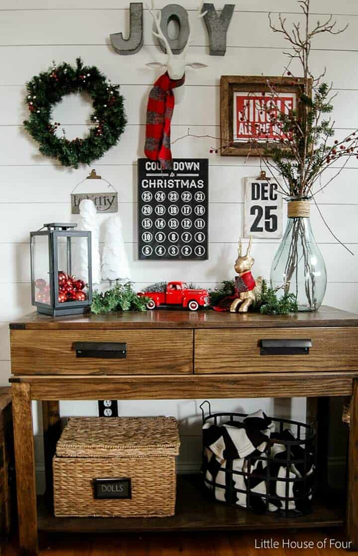 christmas-decorated-entryway-gallery-wall