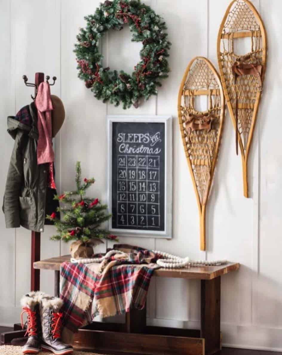 christmas-decorated-entryway-wall-decor