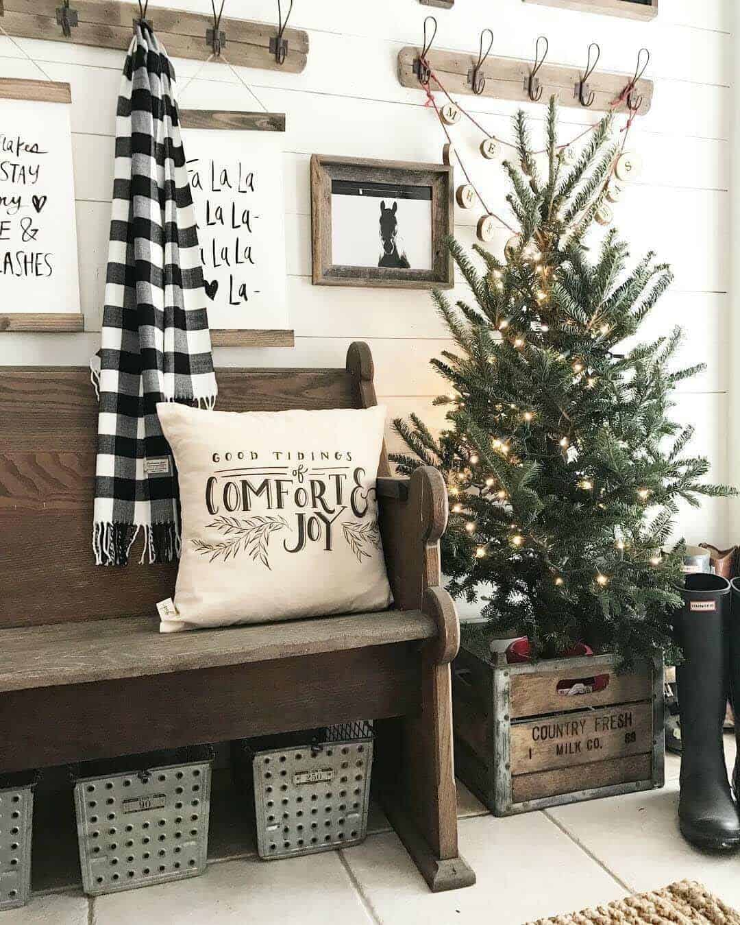 christmas-decorated-entryway-cozy-tree-lights