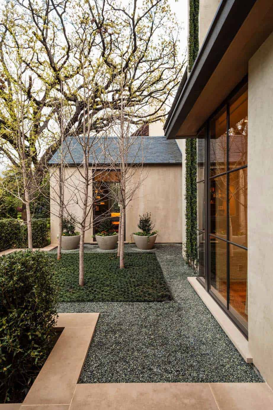 contemporary-courtyard-home-landscape