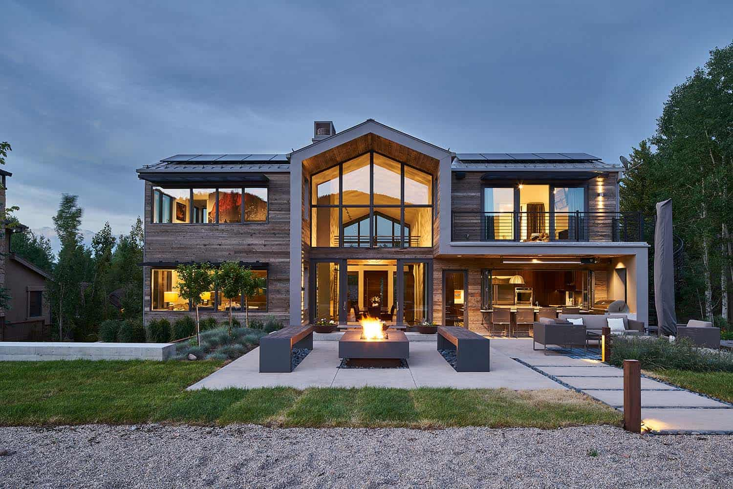 contemporary-lake-house-landscape
