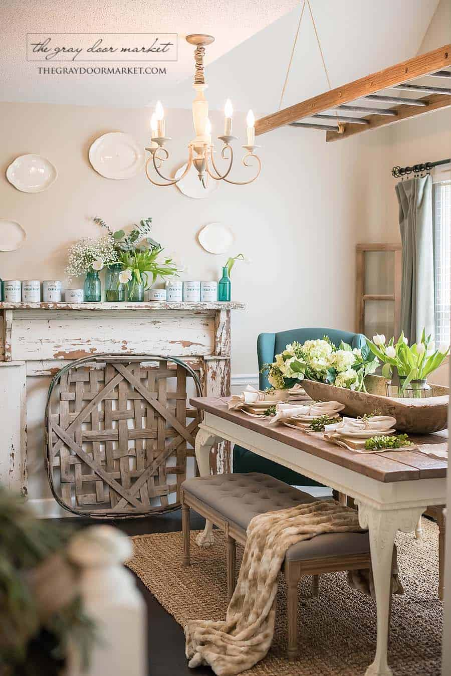 farmhouse-inspired-christmas-decorated-dining-table