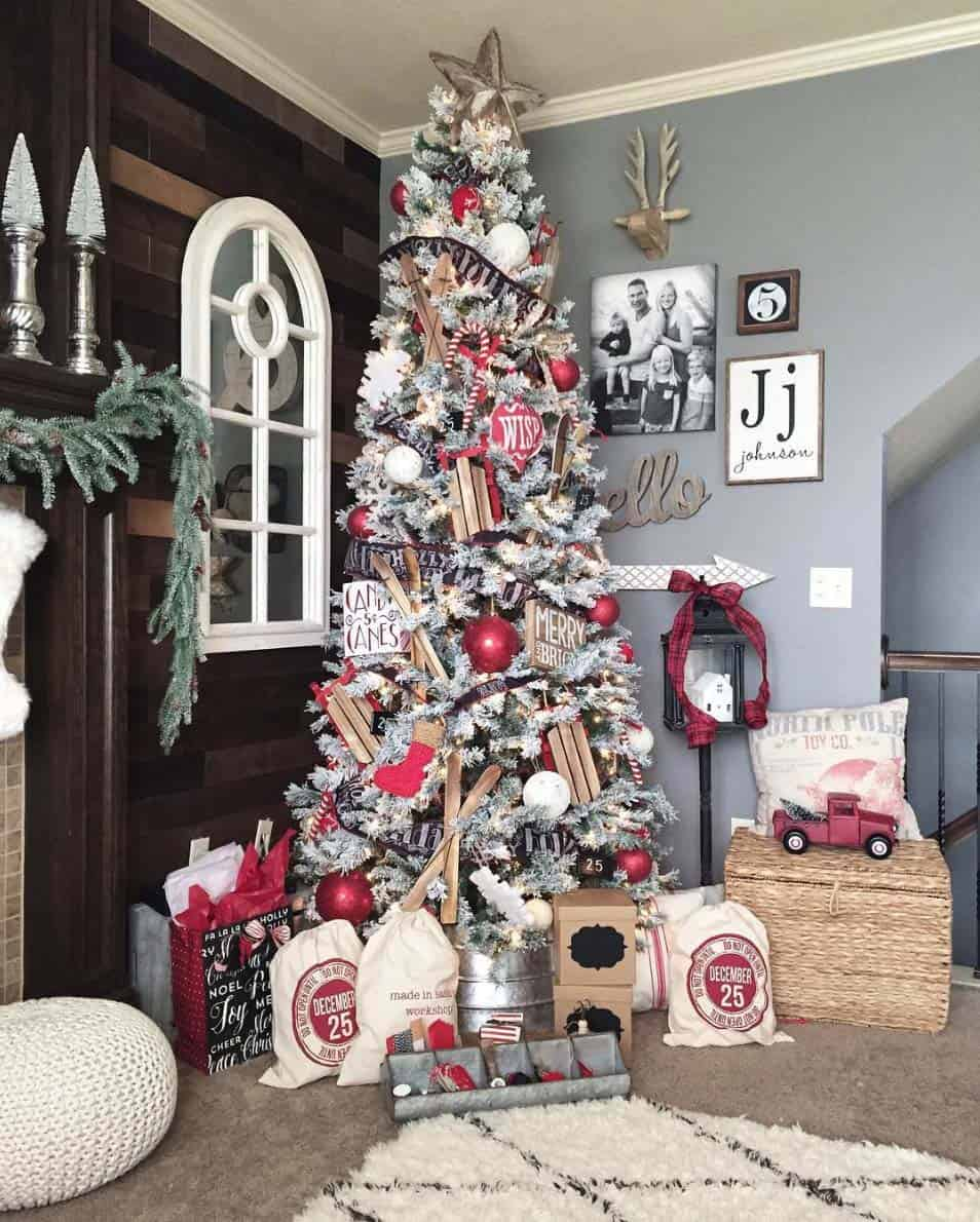 farmhouse-inspired-christmas-decorated-flocked-tree