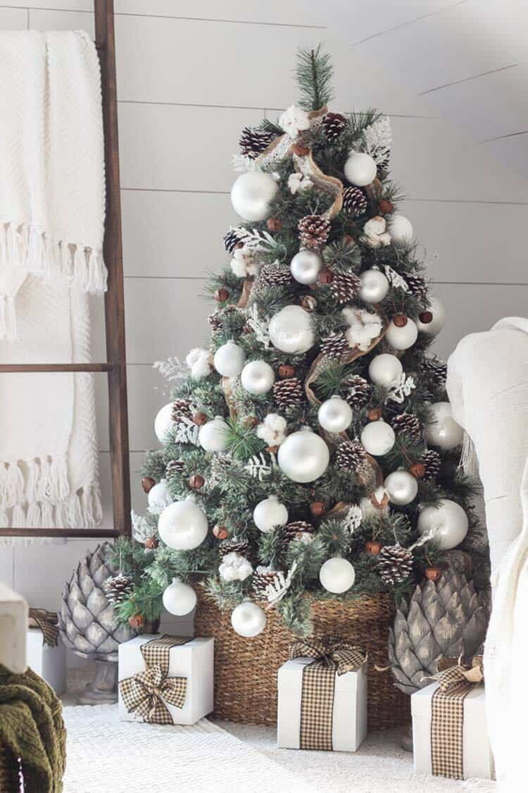 farmhouse-inspired-christmas-decorated-bedroom-tree