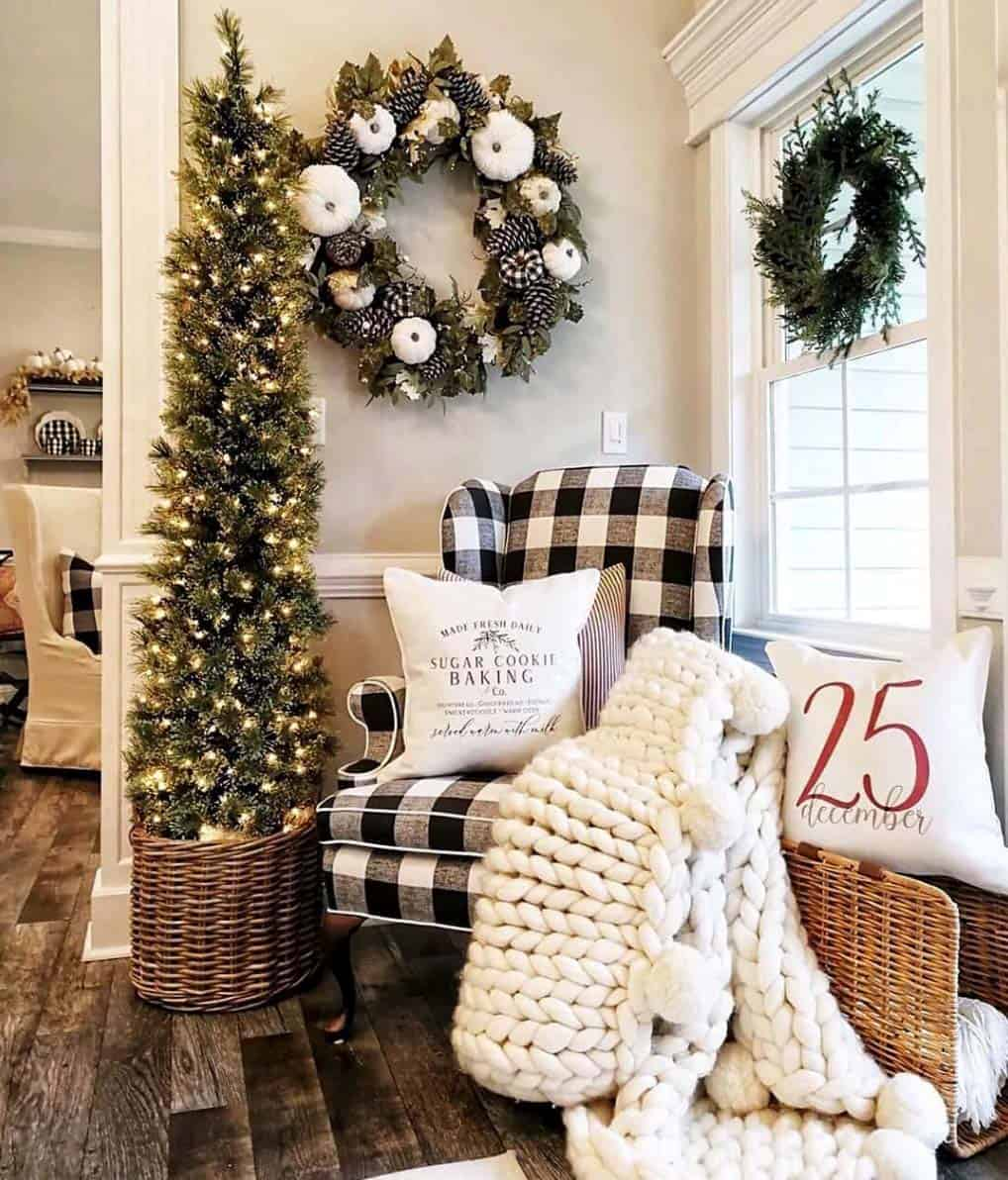 farmhouse-inspired-christmas-decorated-entry