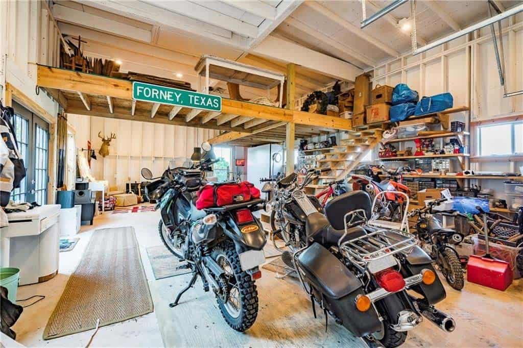 farmhouse-inspired-home-garage