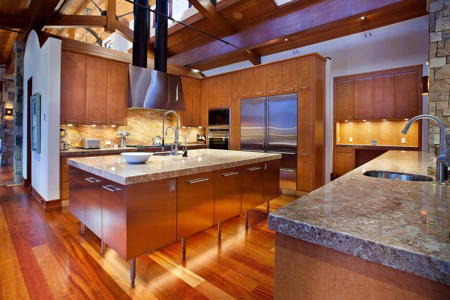 mountain-retreat-traditional-kitchen