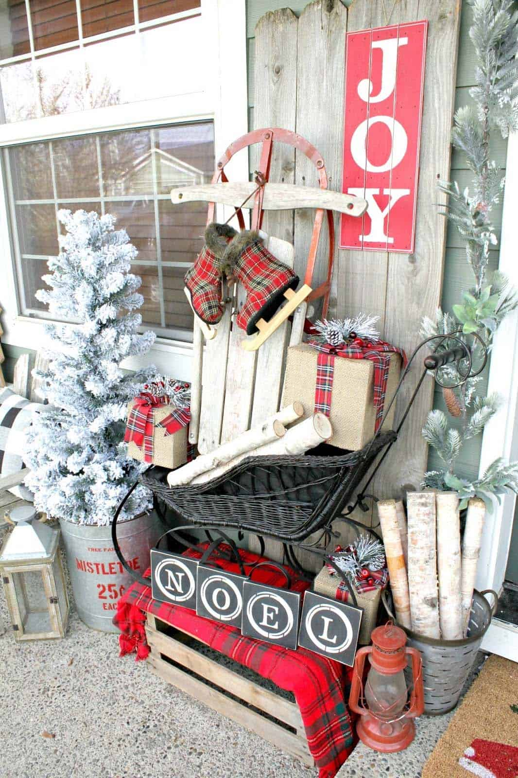 outdoor-farmhouse-christmas-decorated-front-porch
