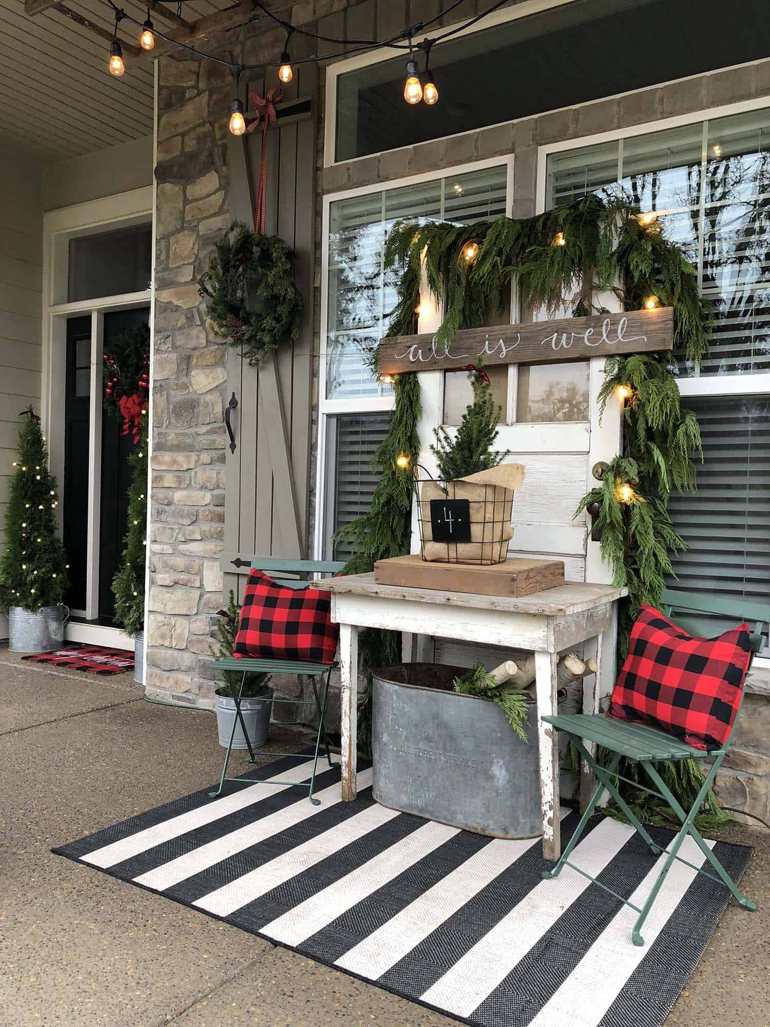 outdoor-christmas-farmhouse-decorated-front-porch