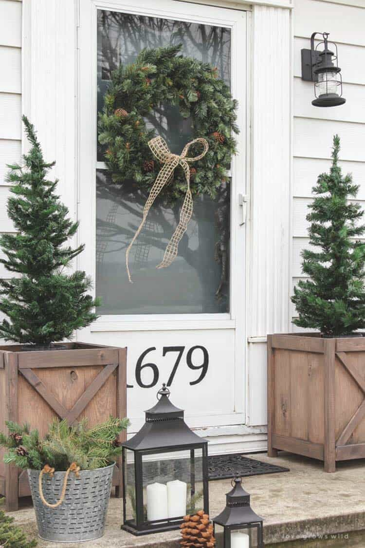 outdoor-christmas-farmhouse-decorated-front-door