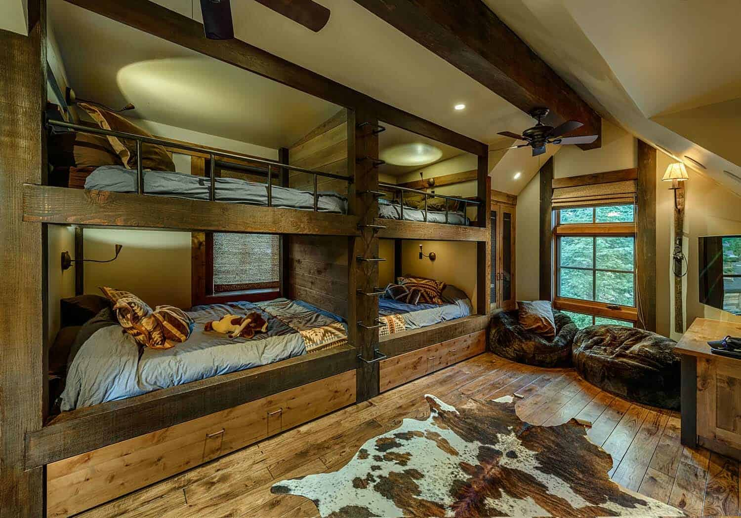 cabin-traditional-kids-bunkroom