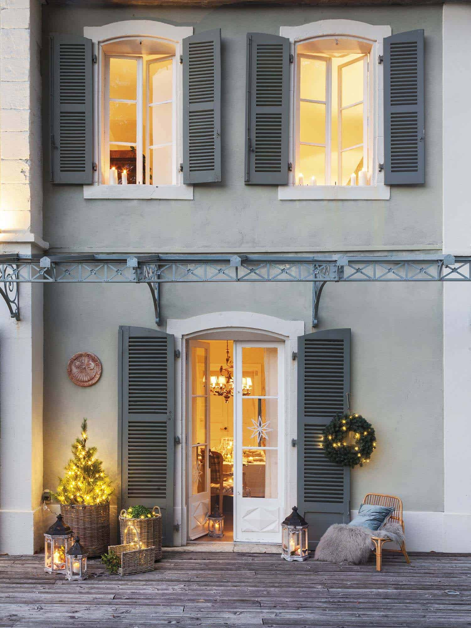 maison-bambou-french-villa-exterior-with-christmas-decorations