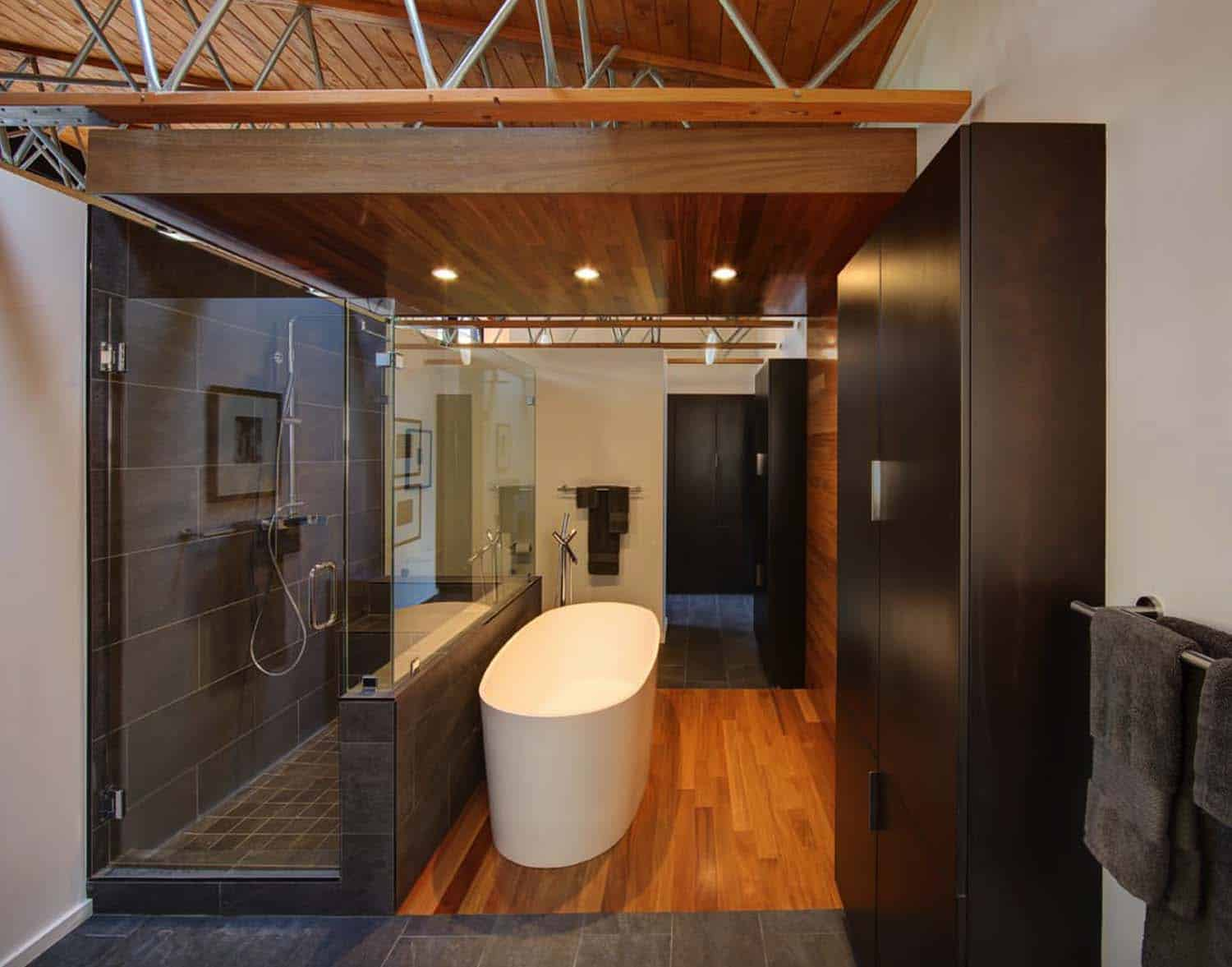 courtyard-house-contemporary-bathroom