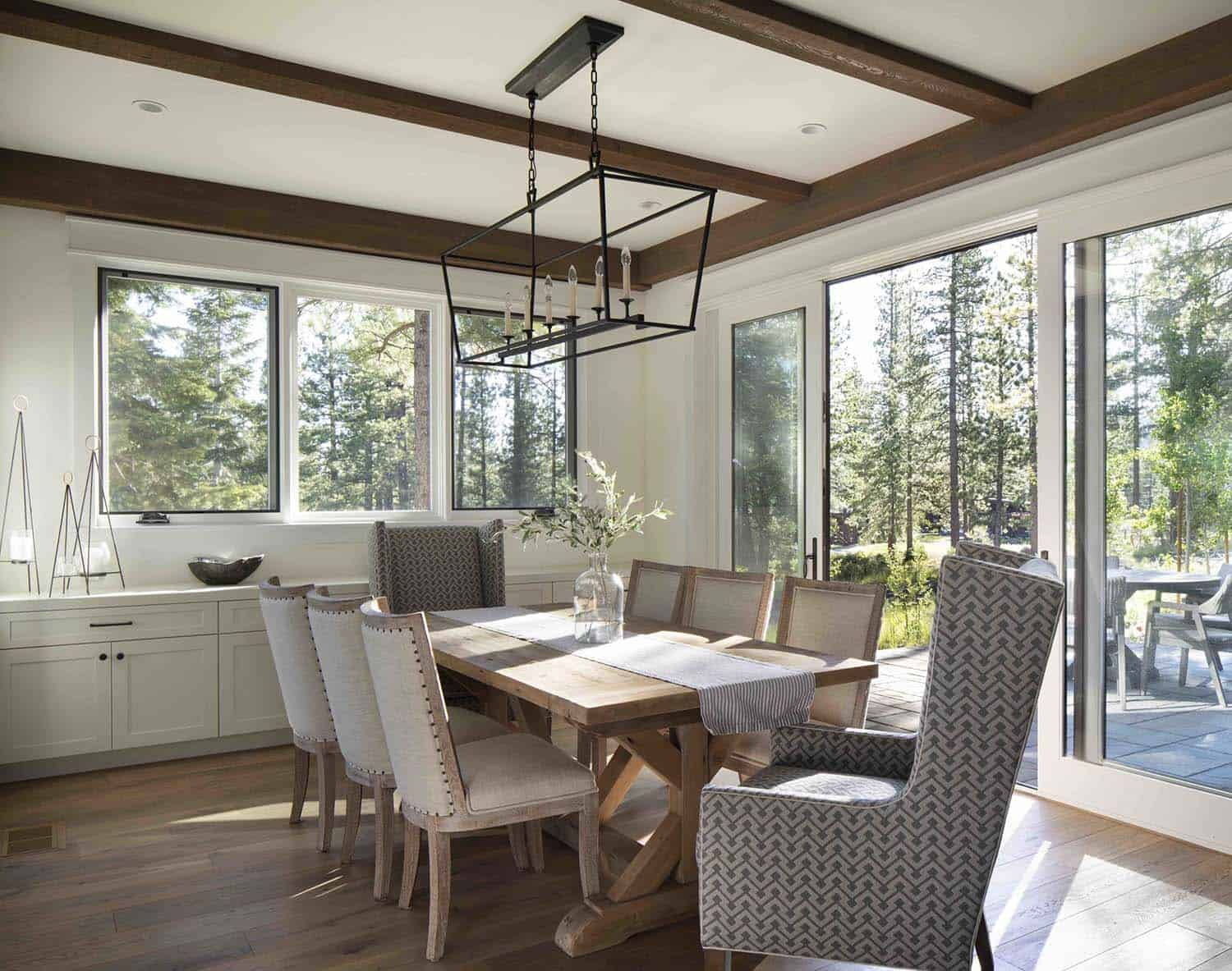 mountain-farmhouse-style-dining-room