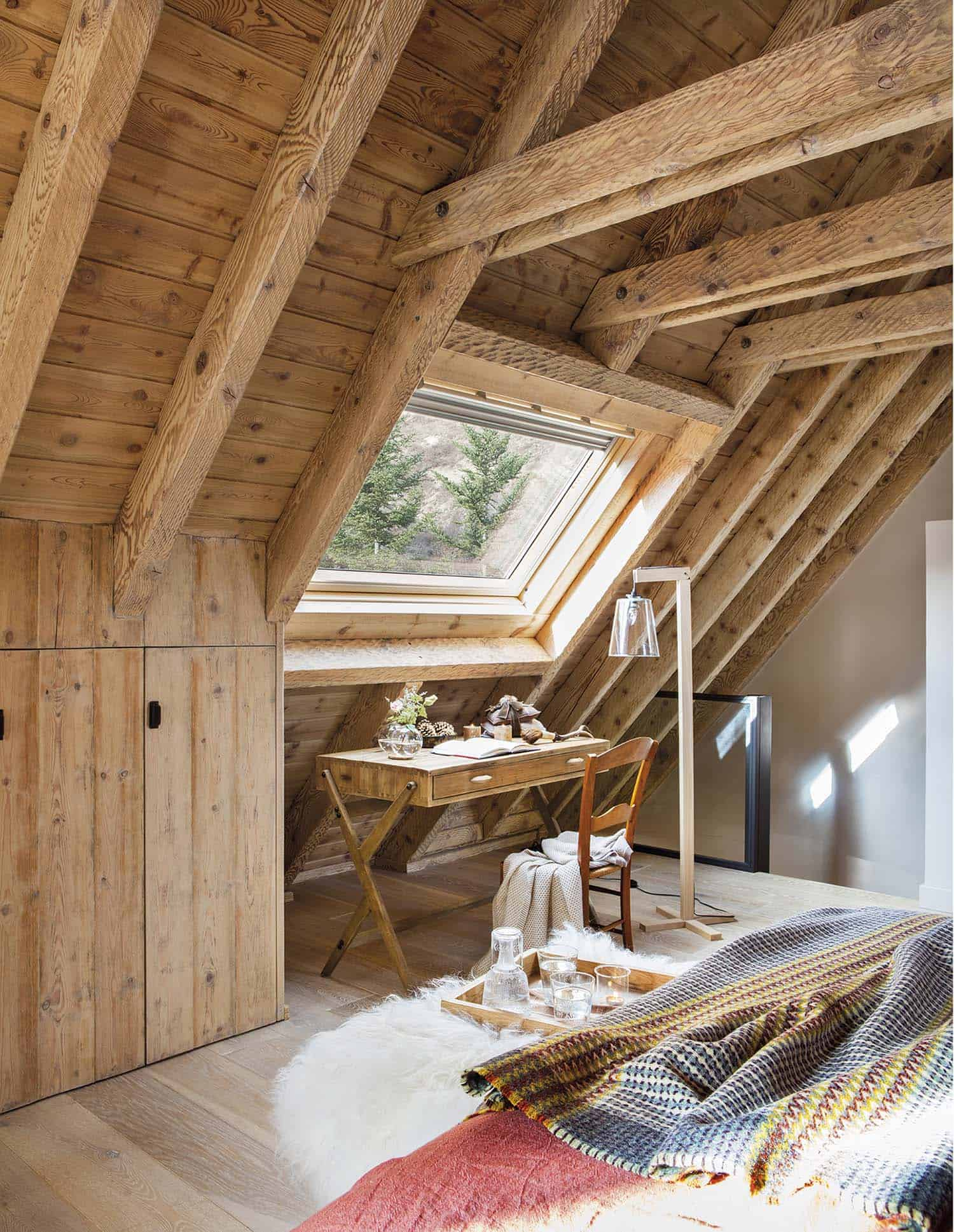 rustic-log-cabin-bedroom