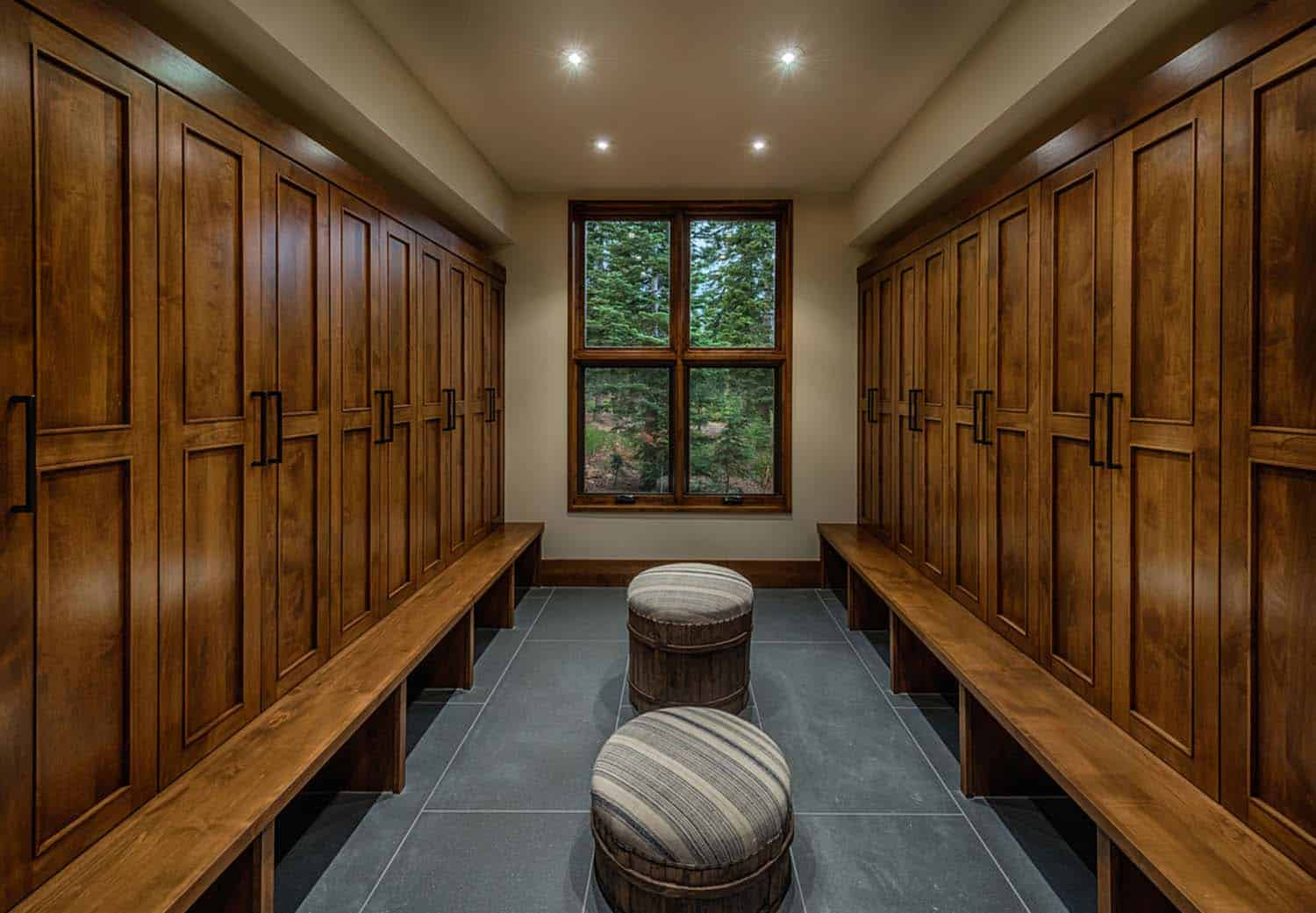 transitional-style-mountain-home-mudroom