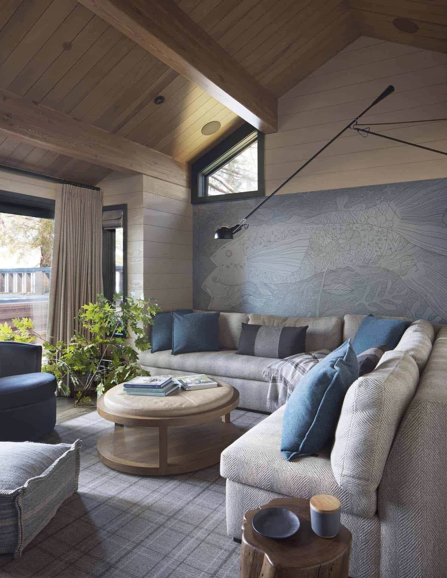 rustic-lake-house-family-room
