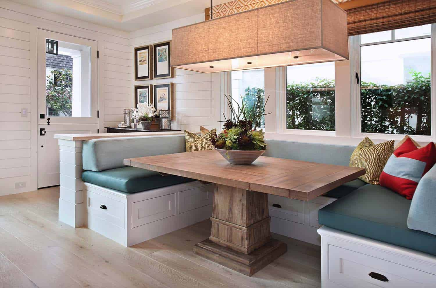 traditional-style-breakfast-nook
