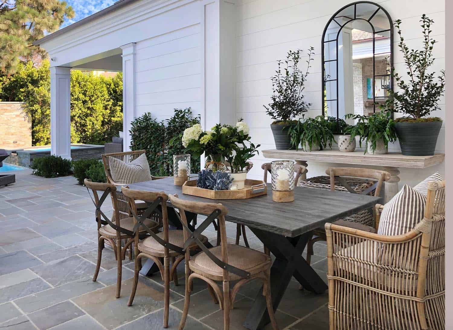 traditional-outdoor-dining-room
