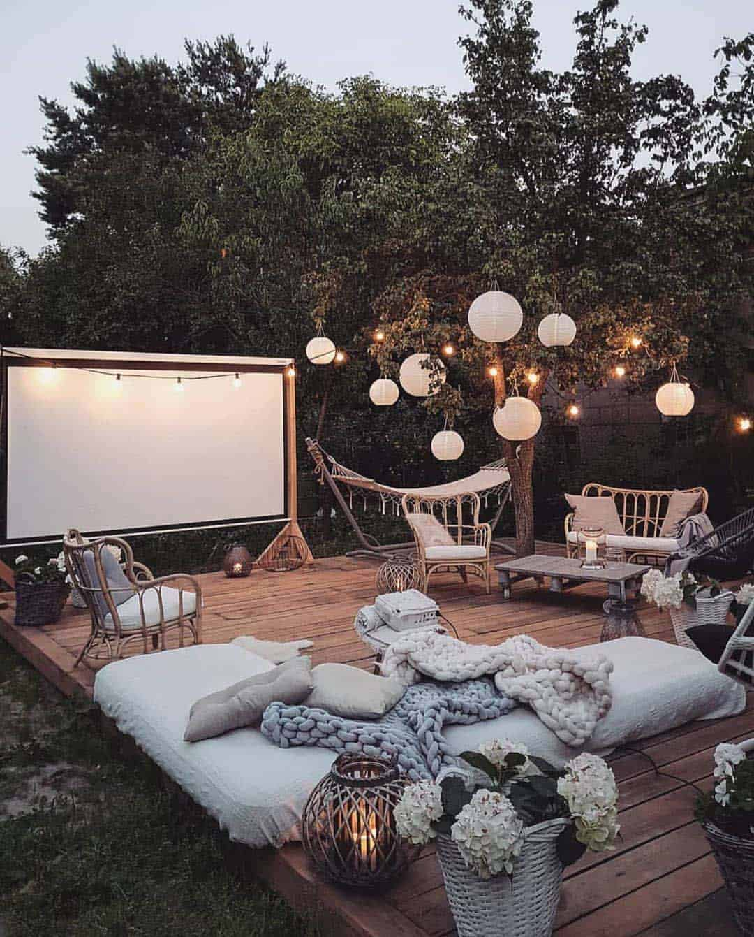 outdoor-living-space-movie-screen