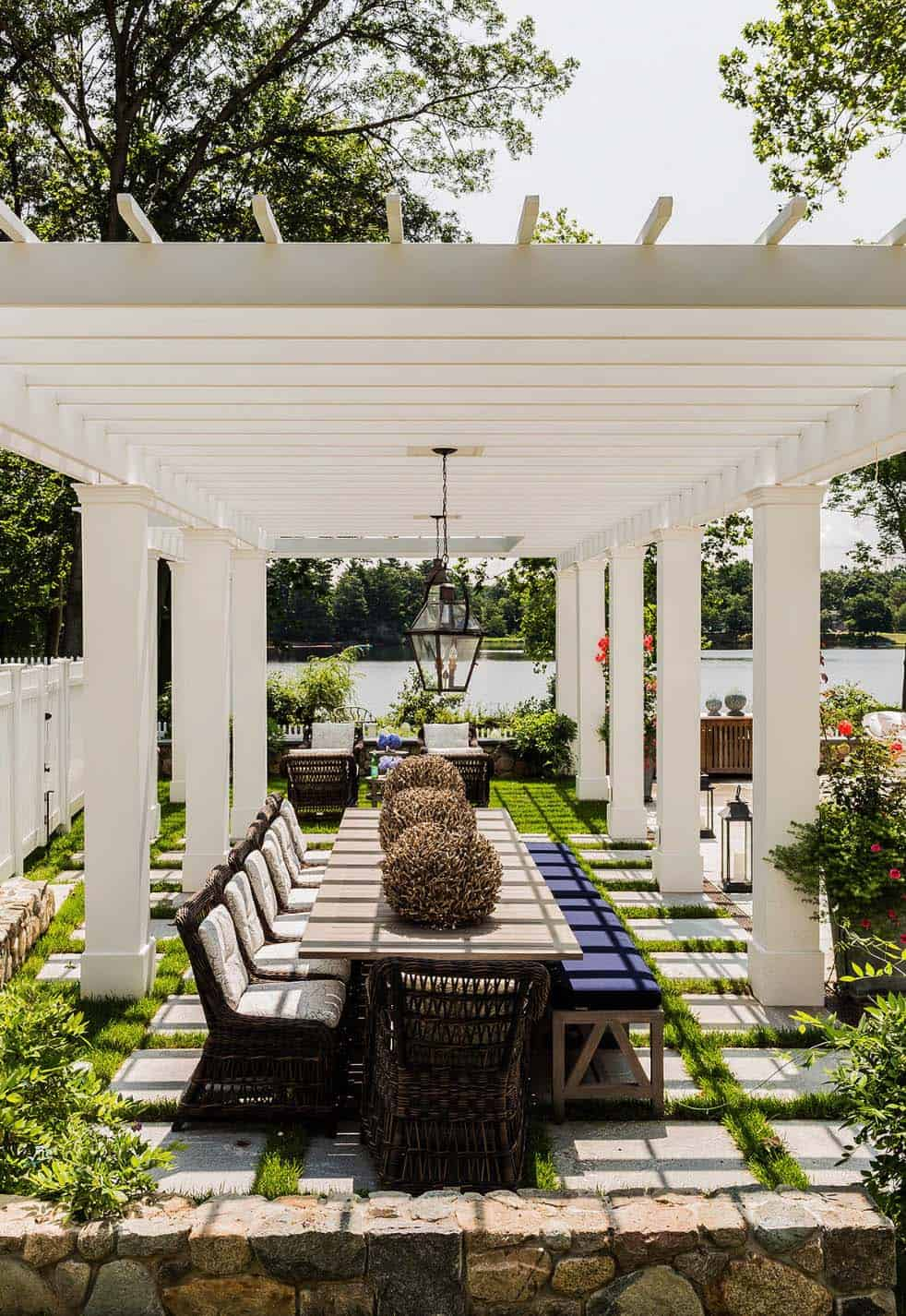 outdoor-living-space-dining-pergola