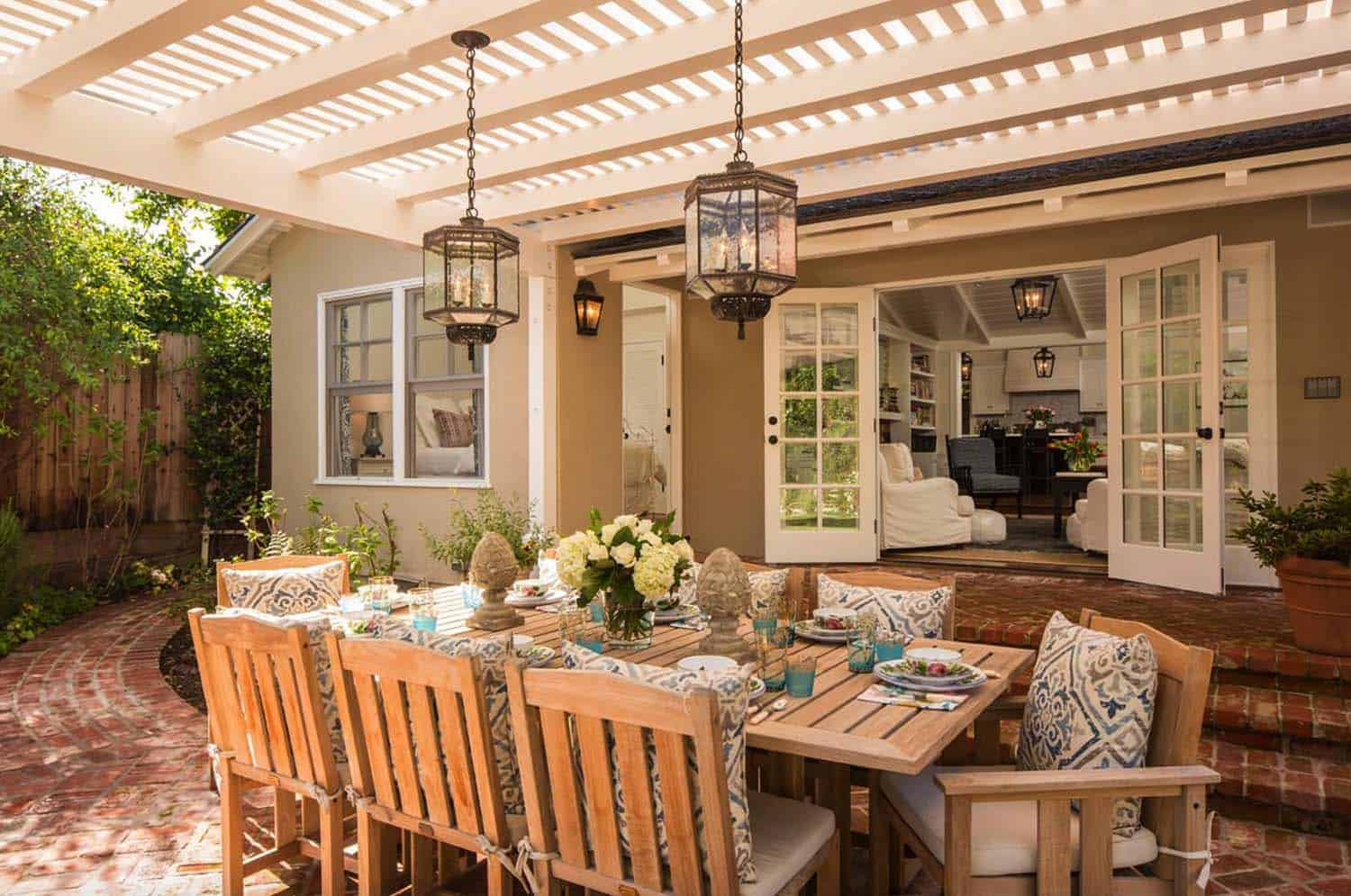 outdoor-pergola-dining-area